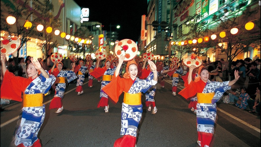 This festival sees costumed women dance while wearing or holding hanagasa hats decorated with artificial safflowers.