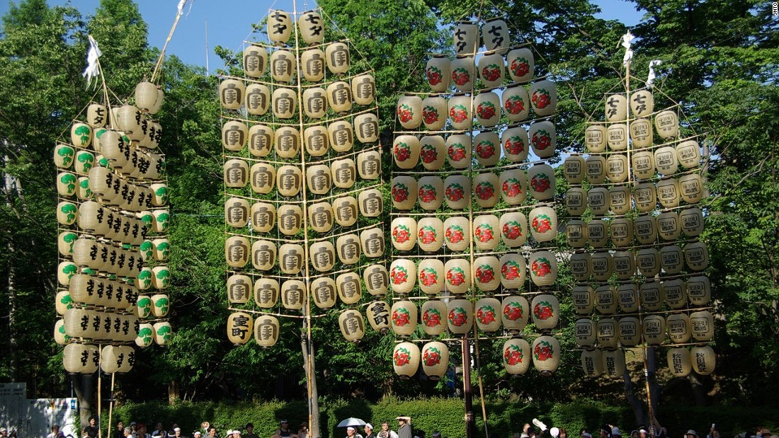 Paraders skillfully balance these huge, popsicle-shaped tiers of lanterns on their foreheads, shoulders or backs.