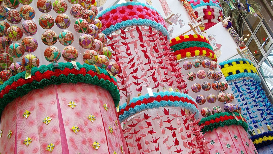 During this festival downtown Sendai's shopping arcades get transformed into a forest of handcrafted, elaborate streamers made out of colorful washi paper and bamboo poles.