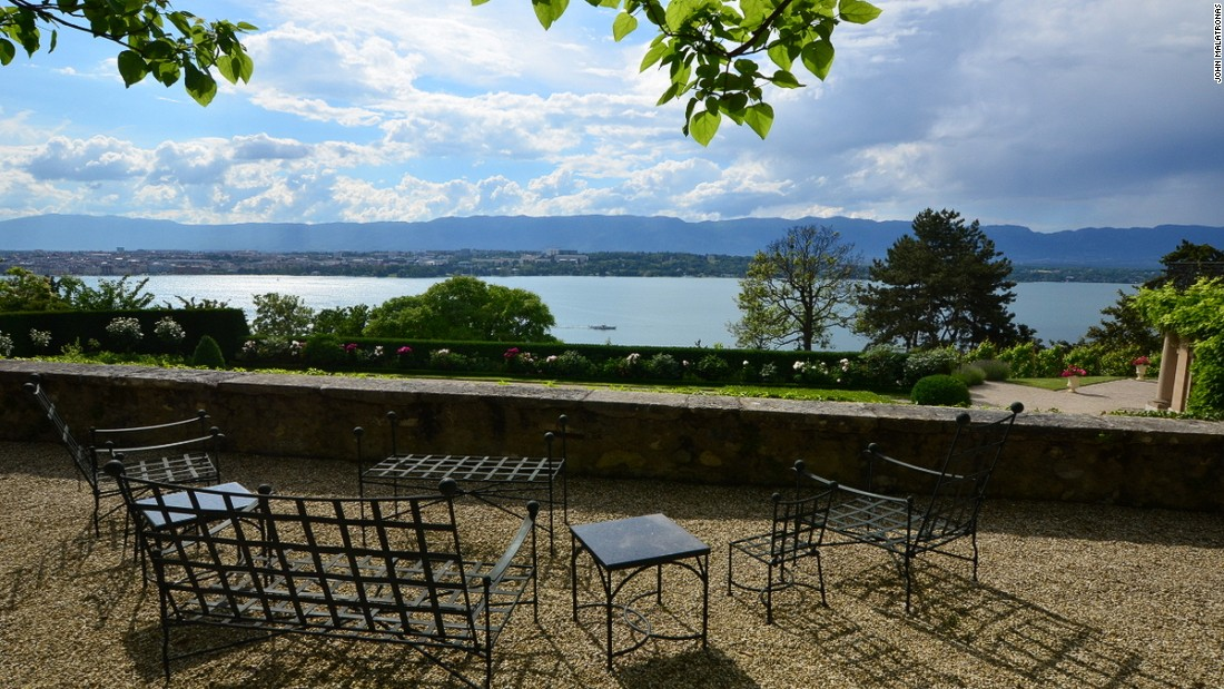 Situated on top of a hill, the villa overlooks lakes and the Jura mountains.<br />