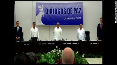 Entonan el himno de Colombia en La Habana.
