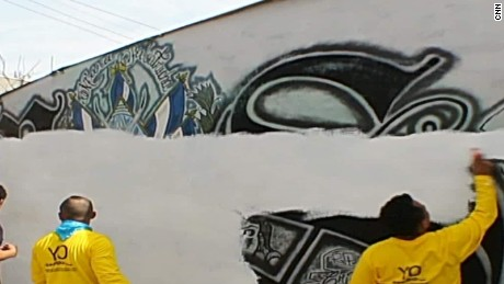 cnnee pkg merlin del cid el salvador graffiti de pandillas fuera _00004607