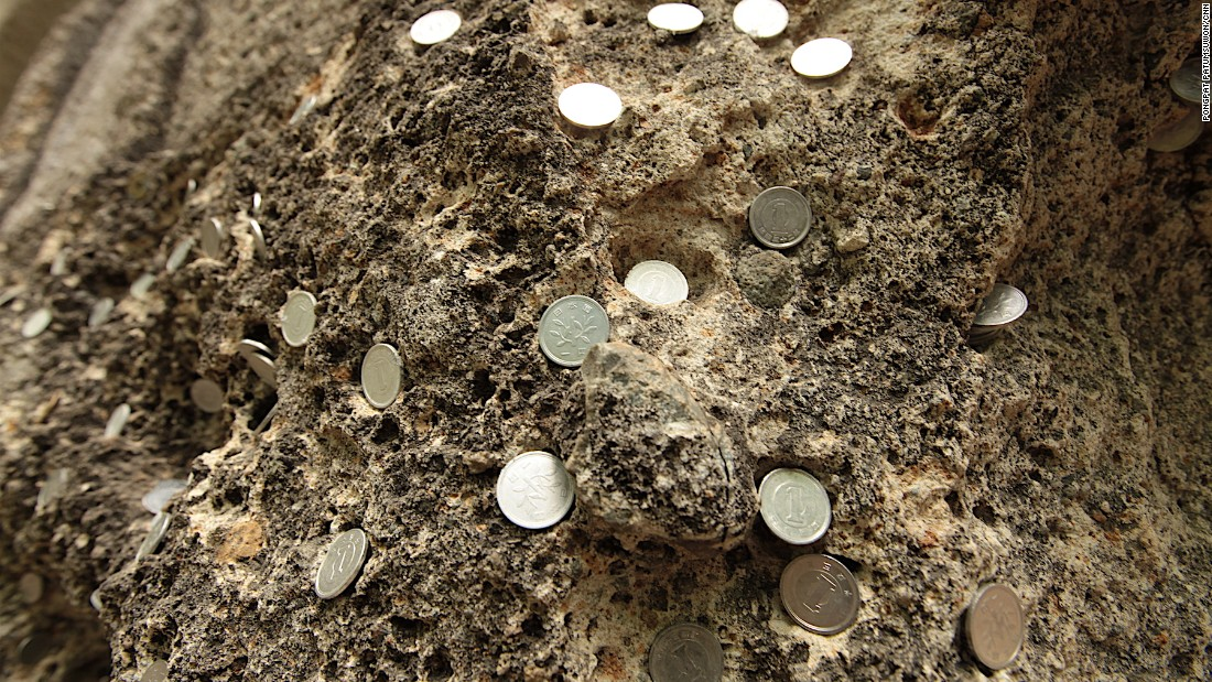 Many visitors to the temple have pressed one yen coins into the side of Midahora Rock as offerings. It's located about halfway up the mountain, just below Niomon Gate.
