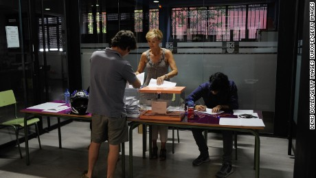 MADRID, SPAIN - JUNE 26:  Spaniards cast their vote at a polling station in the Spanish general election on June 26, 2016 in Madrid, Spain. Spanish voters headed back to the polls on June 26 after the last election in December failed to produce a government. Latest opinion polls suggest the Unidos Podemos left-wing alliance could make enough gains to come in second behind the caretaker government of the center-right Popular Party.  (Photo by Denis Doyle/Getty Images)