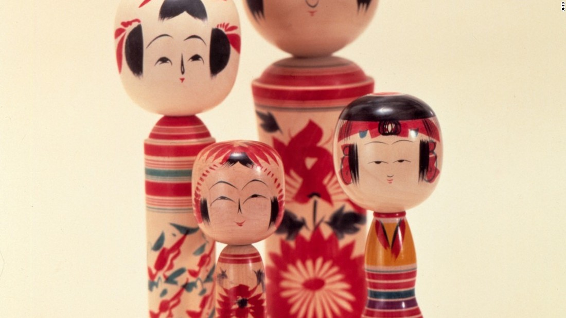 These dolls are believed to have first been made during the Edo period (1603 to 1868) in an onsen area in Tohoku's Miyagi prefecture. Today, modern versions sporting creative hairstyles and kimonos can be found throughout the country.