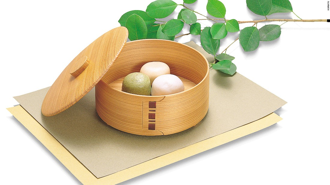 Magewappa food containers are made by soaking or steaming shaved wood, such as cedar or cypress, and bending it. The craft originated in Akita prefecture.