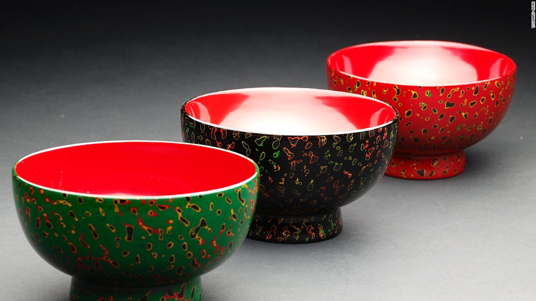 At the end of the process, beautiful patterns with a rich sheen and sense of depth emerge. Production of Tsugaru lacquerware began in late 17th century around the castle town of Hirosaki in Aomori prefecture.