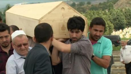cnnee pkg matt rivers ataque estambul funeral victimas_00004903
