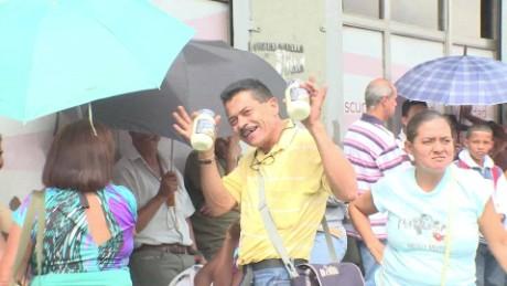 cnnee pkg osmary hernandez venezuela locales de abastecimiento_00020015