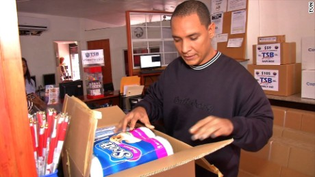 cnnee pkg elizabeth gonzalez panama envia ayuda a venezuela medicinas _00020125