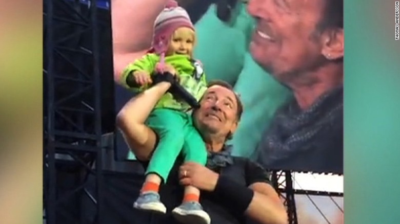Bruce Springsteen sings duet with 4-year-old
