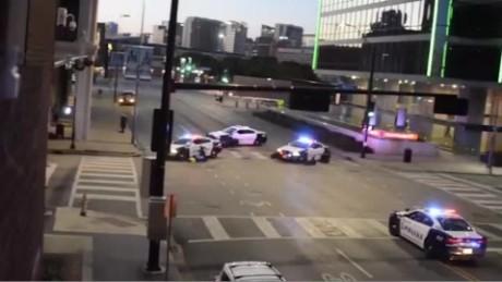 cnnee brk emboscada en dallas tiros gente estacionamiento_00000519