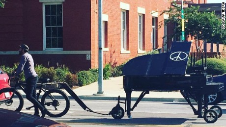 Traveling pianist rolls up, plays 'Imagine' at Dallas police memorial