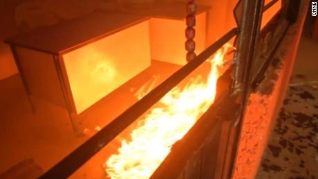 cnnee pkg rey rodriguez maestros incendian y destruyen oficinas _00004225