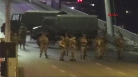 cnnee brk golpe estado turquia tropas sobre puente bosforo_00004621