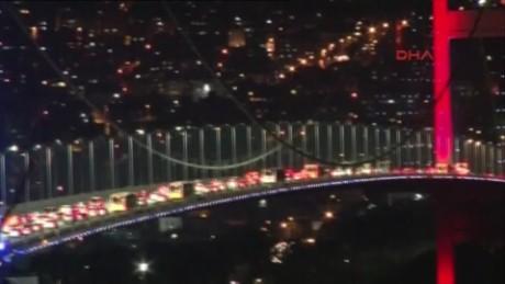 cnnee brk golpe estado turquia trafico sobre el puente bosforo_00003711