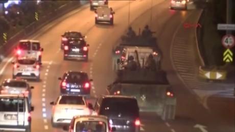 cnnee brk golpe estado turquia tanque sobre calle estambul_00002229