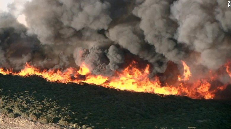 Wildfire in Santa Clarita forces hundreds to flee