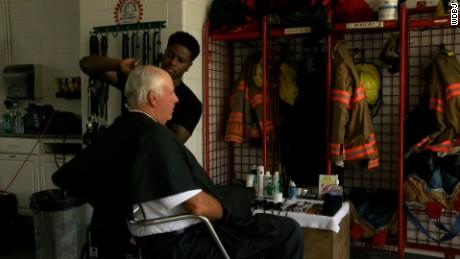 cnnee rec salon de belleza con bomberos _00002209