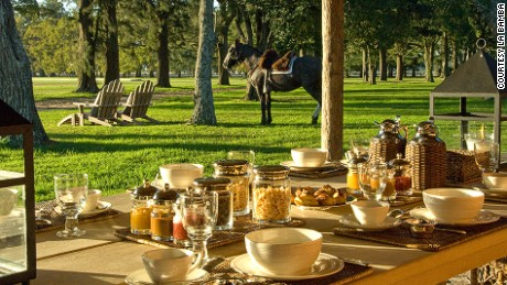 Days at La Bamba start with fresh breakfast overlooking the lawn.