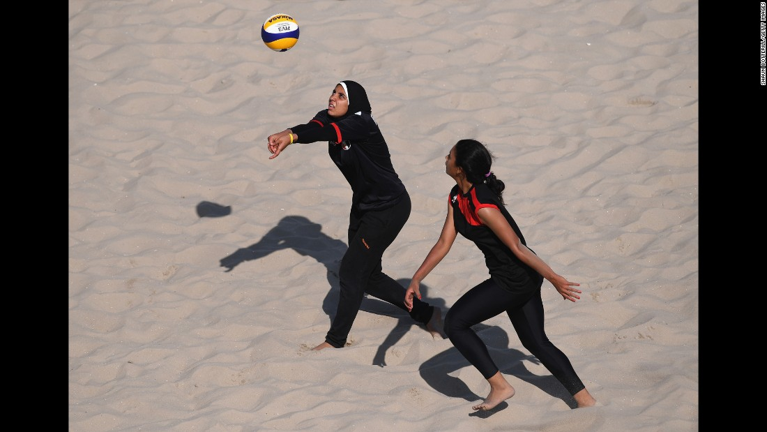 Egyptian volleyball players Doaa El-Ghobashy and Nada Meawad practice on August 2.