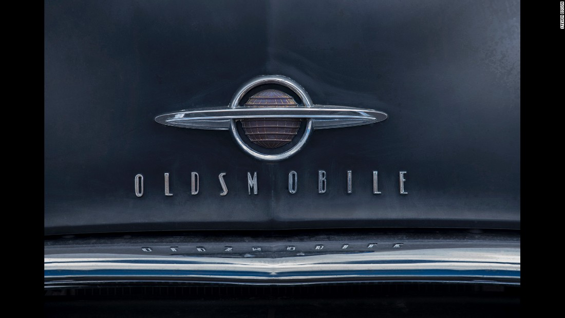 An Oldsmobile logo and typeface on the hood of a 1954 model