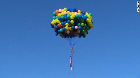 cnnee rec mujer flota en globos _00000513
