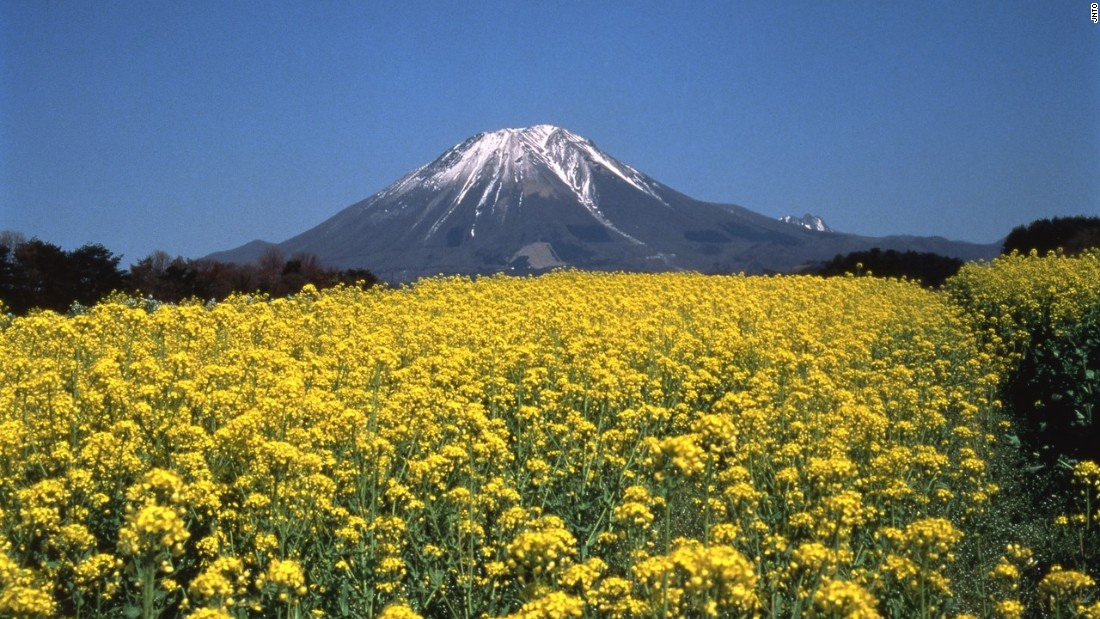 Known as Japan's second Mount Fuji for its resemblance to the icon, Mount Daisen is the highest peak in the Chugoku region, standing 1,709 meters tall.