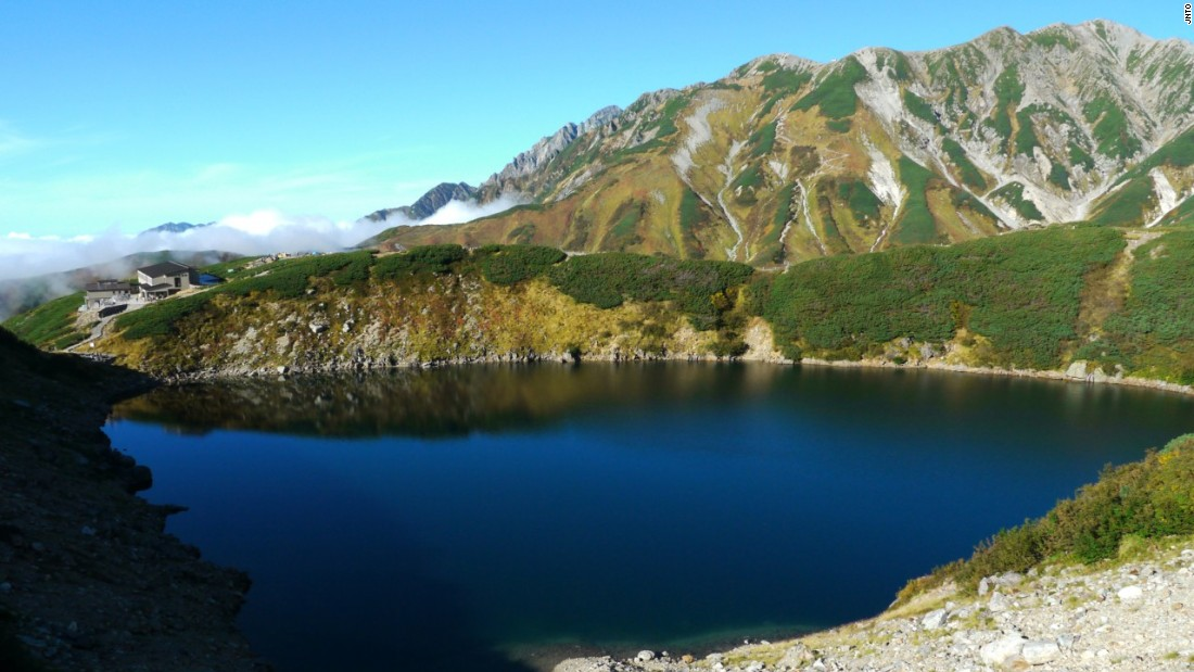 Mikurigaike Pond is a crater lake in the Northern Alps along the Tateyama Kurobe Alpine Route.