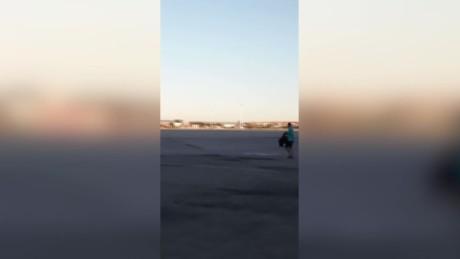 cnnee vo pierde el avion e intenta abordarlo en la pista _00003826