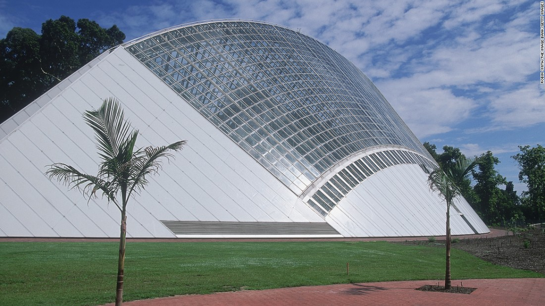 Another modern structure, this Australian glasshouse was built in 1988 by Guy Maron. The largest single-span conservatory in the Southern Hemisphere, it was built as part of the celebrations for the Australian Bicentenary.