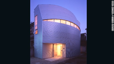 Designed by Atelier Tekuto for a family of five, Iron Mask is steel-based house with a unique curving facade that made the most of the site's shape.