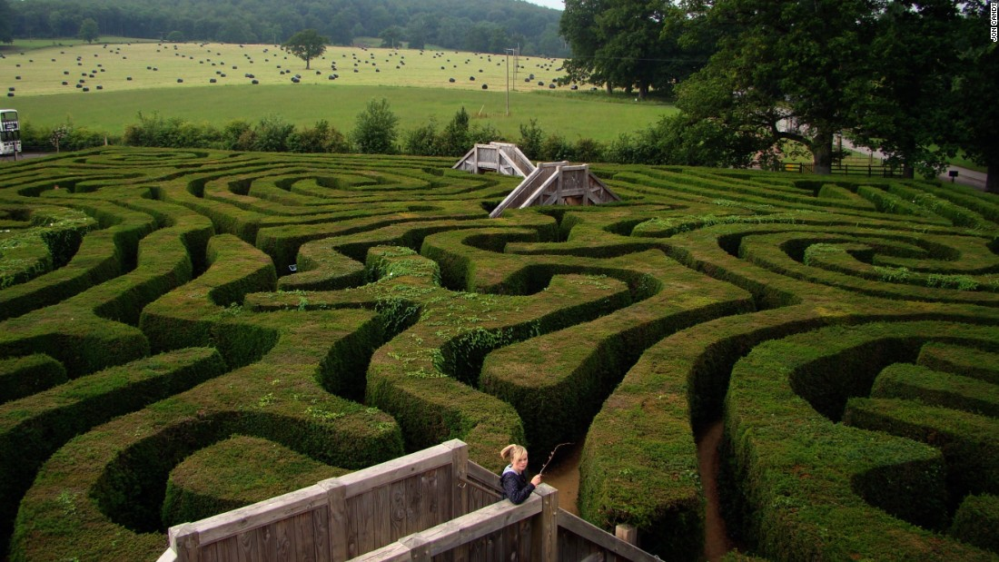 The longest -- but not the largest -- hedge maze in the world, the Longleat Hedge Maze covers 1.48 acres (0.6 hectares) of land and includes 1.69 miles (2.7 km) of walkways. The maze was constructed in 1975 using more than 16,000 yew trees and sits on land that has been owned by the Marquesses of Bath since the mid-16th century.