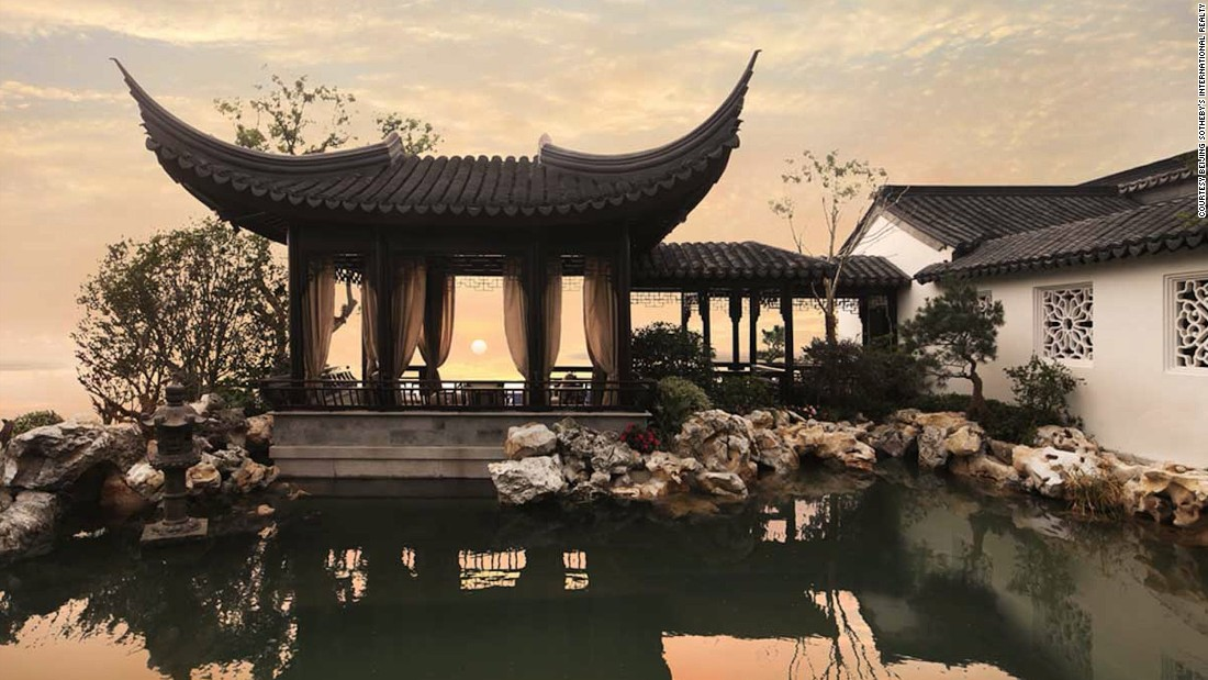Xiangshangbang are traditional architectural skills that are regarded as the finest craftsmanship in China. They were put to good use building the 2,000 square meters (21,527 square feet) of courtyards in the building.