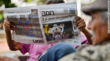 A man reads a newspaper in Cali, Colombia, on August 25, 2016 announcing that the Colombian government and the Revolutionary Armed Forces of Colombia (FARC) guerrillas signed in Havana a historic and definitive agreement to end a half century of armed conflict. Colombia's government and the FARC rebels have reached a historic peace agreement on August 24 to end their half-century civil war that cost hundreds of thousands of lives. After nearly four years of negotiations in Cuba, the two sides announced a final deal Wednesday, which President Juan Manuel Santos said would be put to a decisive referendum on October 2 / AFP / LUIS ROBAYO        (Photo credit should read LUIS ROBAYO/AFP/Getty Images)