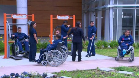cnnee pkg fernando paz colombia cese definitivo fuego farc mutilados centro rehabilitacion_00002429