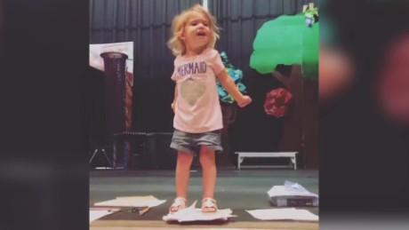 cnnee digital pkg niña cantando el abc viral _00000000