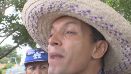 cnnee pkg castellanos sacerdote camina a favor del referendo venezuela_00021803