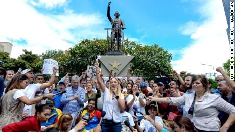 cnnee pkg laura castellanos el dia 1s en venezuela marcha _00041729