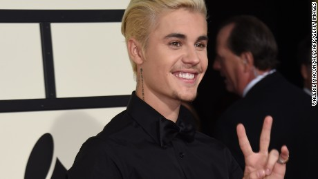 Singer-songwriter  Justin Bieber (R) arrives on the red carpet for the 58th Annual Grammy music Awards in Los Angeles February 15, 2016. AFP PHOTO/ VALERIE MACON / AFP / VALERIE MACON        (Photo credit should read VALERIE MACON/AFP/Getty Images)