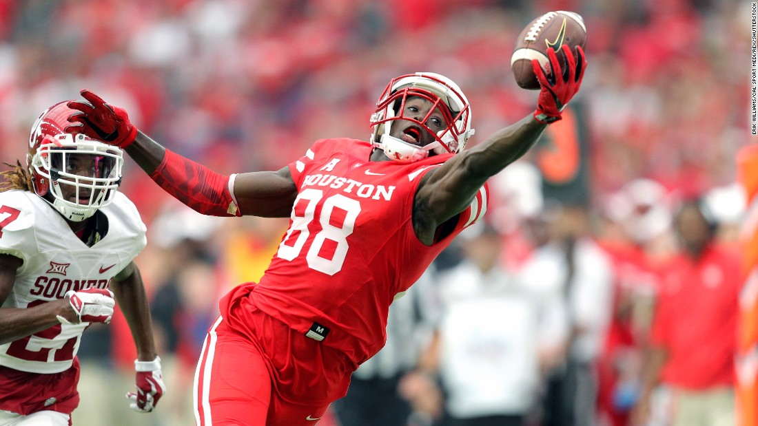 Houston's Steven Dunbar makes a one-handed catch in a game against Oklahoma in Houston on Saturday, September 3. Houston would go on to win 33-23.