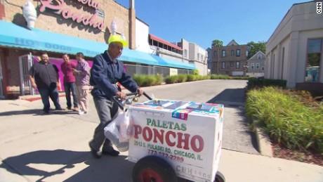 cnnee nat pkg rosa flores fidencio chicago migrante anciano paletas heladas gofundme viral_00004105