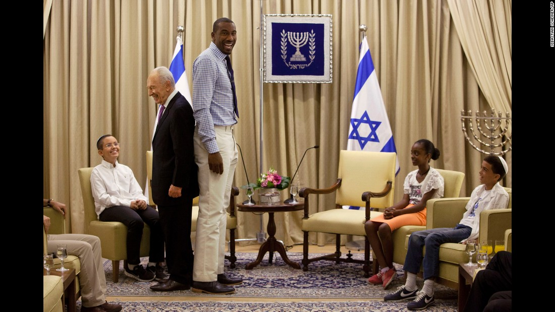 NBA star Amare Stoudemire stands with Israeli President Shimon Peres during their meeting at the president's residence in Jerusalem on July 18, 2013. Peres invited Stoudemire to play for Israel's national basketball team because of his ties to Judaism.