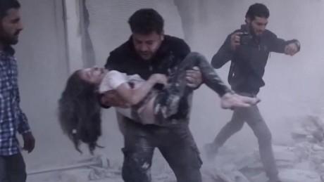 cnnee pkg arwa damon guerra siria nina y rescatista _00003009