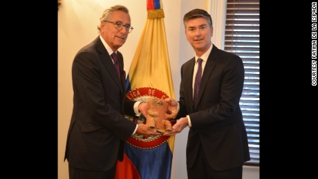 Christopher A. Marinello, CEO of Art Recovery Group (right), presents the recovered artefact to the Colombian Ambassador to the UK, Néstor Osorio Londoño (left).