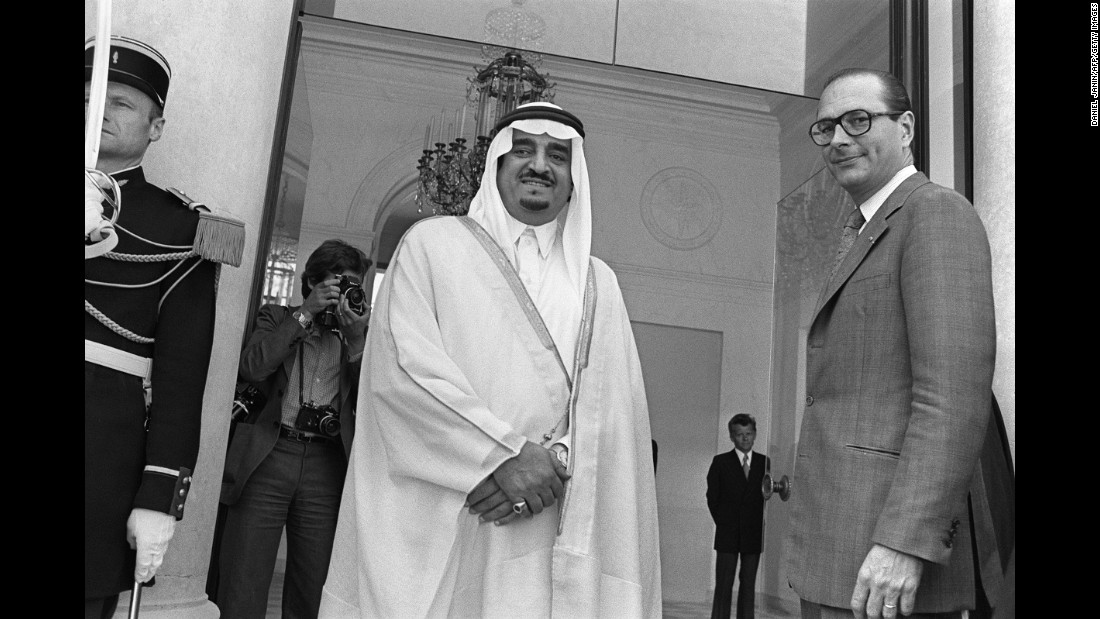 Chirac and Saudi Crown Prince Fahd bin Abdulaziz Al Saud pose for the media prior to talks in Paris in 1975.