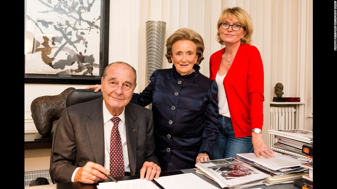 Chirac poses at his office in Paris with his wife, Bernadette, and his daughter Claude in 2013.