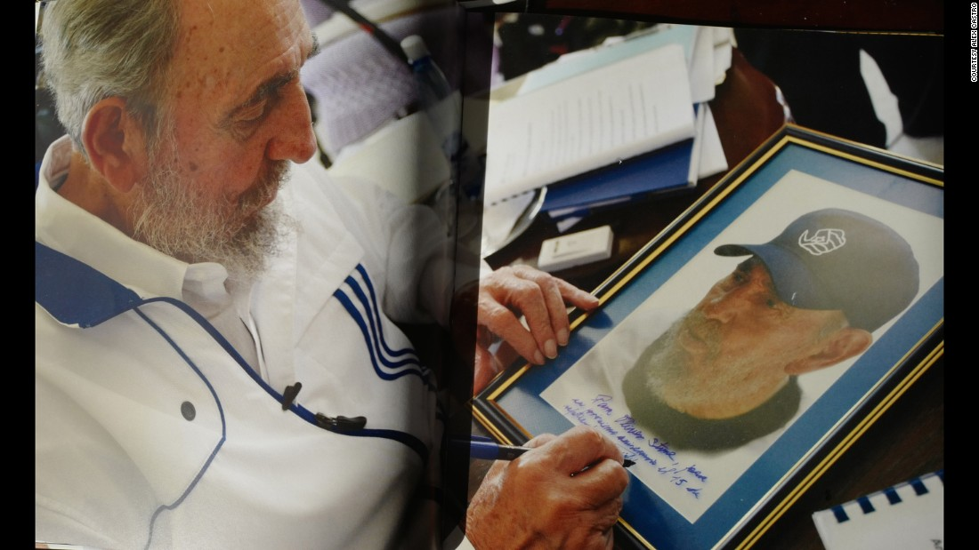 Fidel Castro dedicates a photograph to film director Oliver Stone, who faced criticism for shooting a largely positive documentary on Castro.