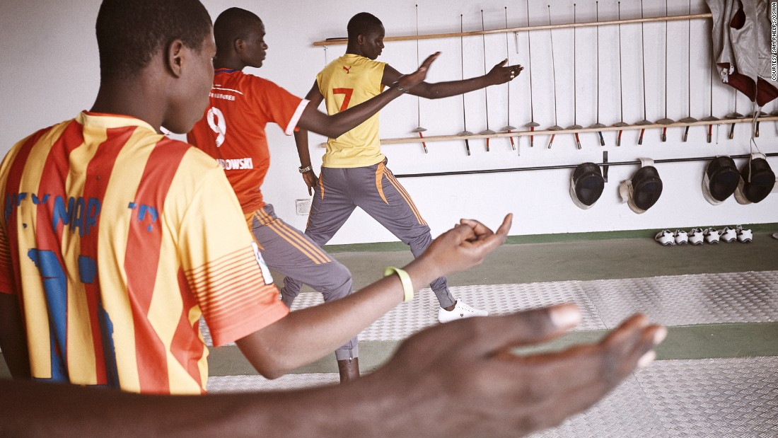 Currently, fencing has only been introduced in Thiès, an ambitious plan hopes to introduce it in all juvenile prisons. Its popularity prompted a visit from Senegal's director of penitentiary administration, Daouda Diop to watch classes.