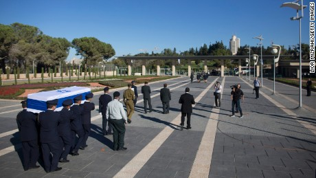 JERUSALEM, ISRAEL - SEPTEMBER 30:   Israeli honour guards carry the coffin of former Israeli President Shimon Peres at the Knesset, Israel's parliament, on September 30, 2016 in Jerusalem, Israel. World leaders and dignitaries from 70 countries will attend the state funeral of Israel's ninth president, Shimon Peres, in Jerusalem on Friday, after thousands of Israelis paid their last respects to the elder statesman who died on Wednesday. (Photo by Lior Mizrahi/Getty Images)